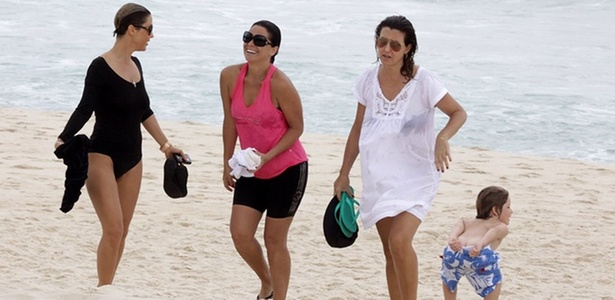 Enquanto a atual namorada do Murilo Benício, a atriz Guilhermina Guinle (à esq.) conversa com a ex-mulher do ator Giovanna Antonelli (de rosa), o filho de Murilo e Giovanna, Pietro, mostra o bumbum para o paparazzo, na praia da Barra, no Rio (23/11)