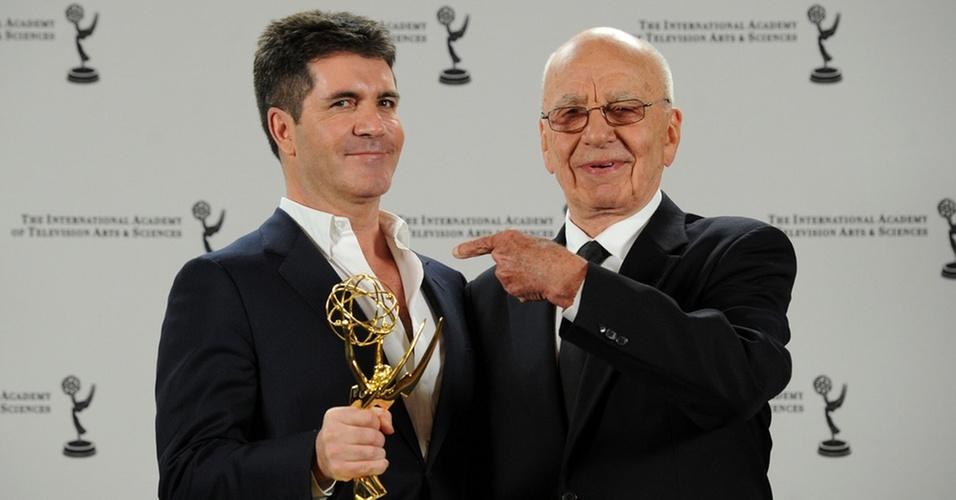 O jurado Simon Cowell posa com seu prêmio Emmy ao lado do empresário Rupert Murdoch em Nova York (22/11/2010)