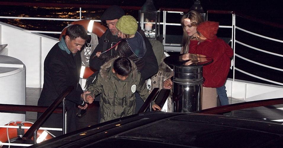 Brad Pitt e Angelina Jolie levam os filhos para comemorar o aniversário do filho Pax em Paris (28/11/2010)