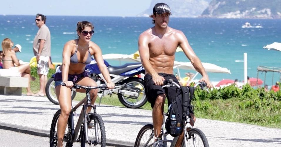 Priscila Fantin e Renan Abreu passeiam de bicicleta pela orla da Barra, na zona oeste do Rio (28/11/10)