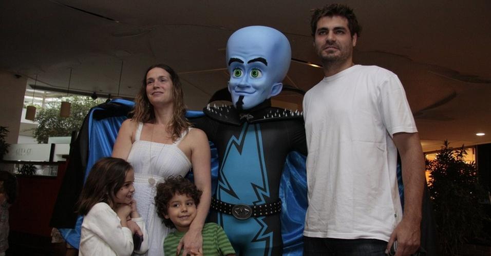 Thiago Lacerda leva a mulher Vanessa Lóes e os filhos Cora e Gael para estreia de