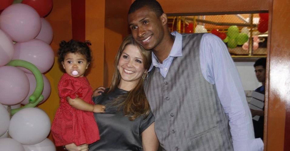 Samara Felippo, com Alícia no colo, e Leandrinho comemoram aniversário de um ano da filha em casa de festas no Rio (26/6/2010)