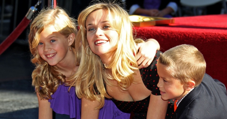 Reese Witherspoon posa ao lado dos filhos Ava e Deacon no dia em que ganhou uma estrela na calçada da fama de Hollywood (1/12/2010)