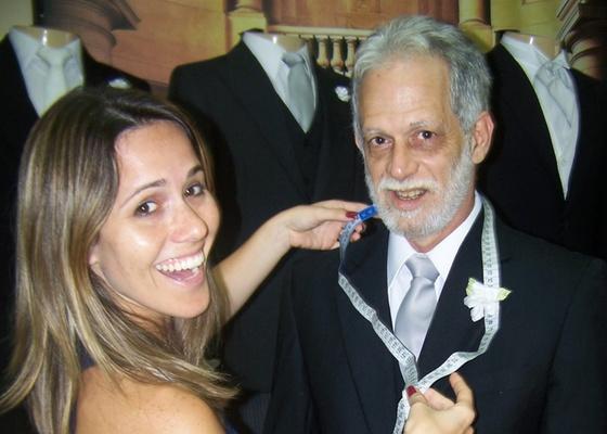 Fernanda Pontes ajuda o pai, Fernando Pontes, a escolher o terno (7/12/10)