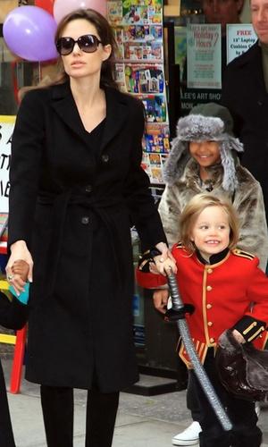 Angelina Jolie passeia com as filhas Zahara, Shiloh e Pax em Manhattan (7/12/2010)