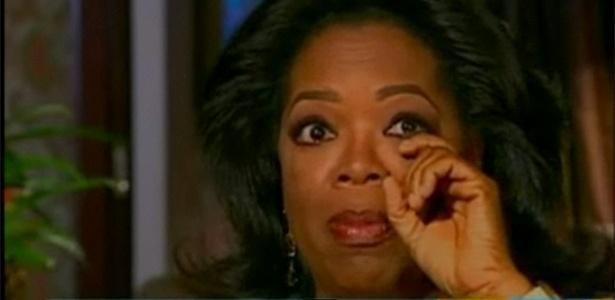 Oprah Winfrey chora durante entrevista à Barbara Waters, na TV americana (8/12/2010)