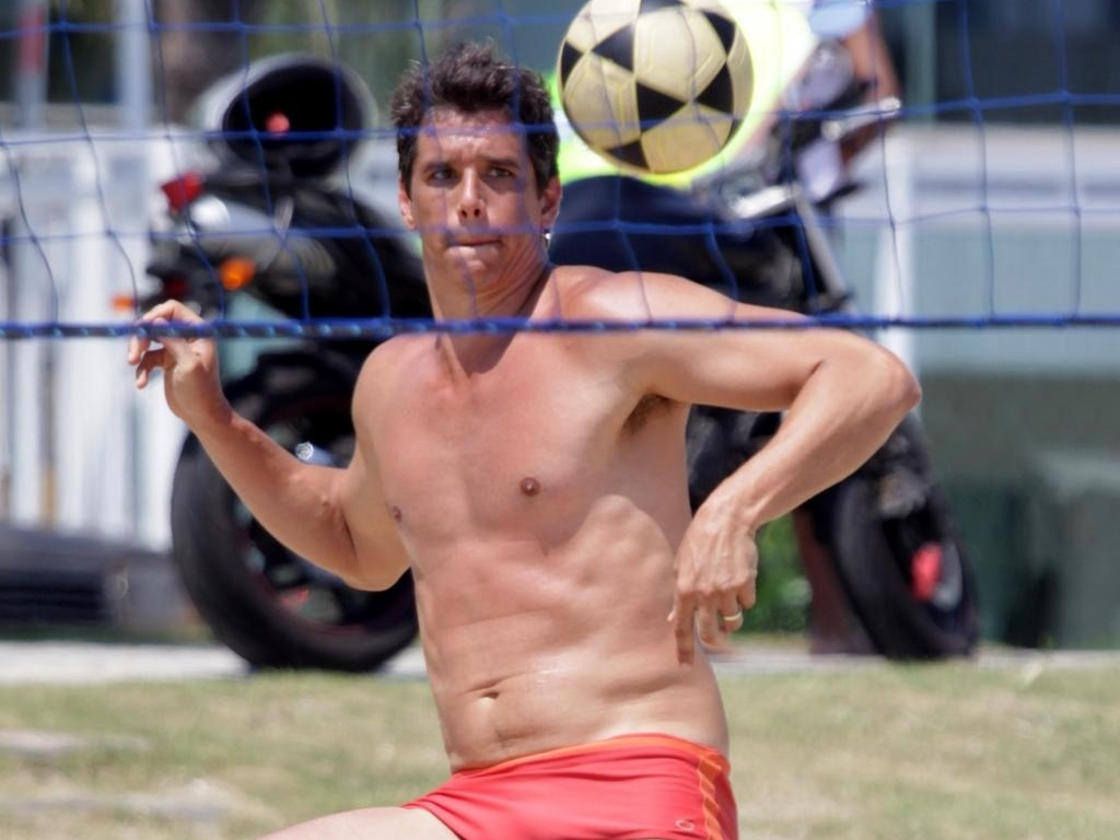 O ator Márcio Garcia joga futevôlei em praia da Barra da Tijuca (RJ) (12/12/2010)