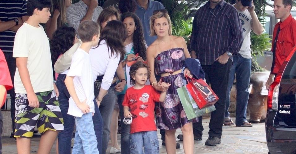 Adriana Esteves e o filho Vicente em churrascaria carioca (15/12/10)