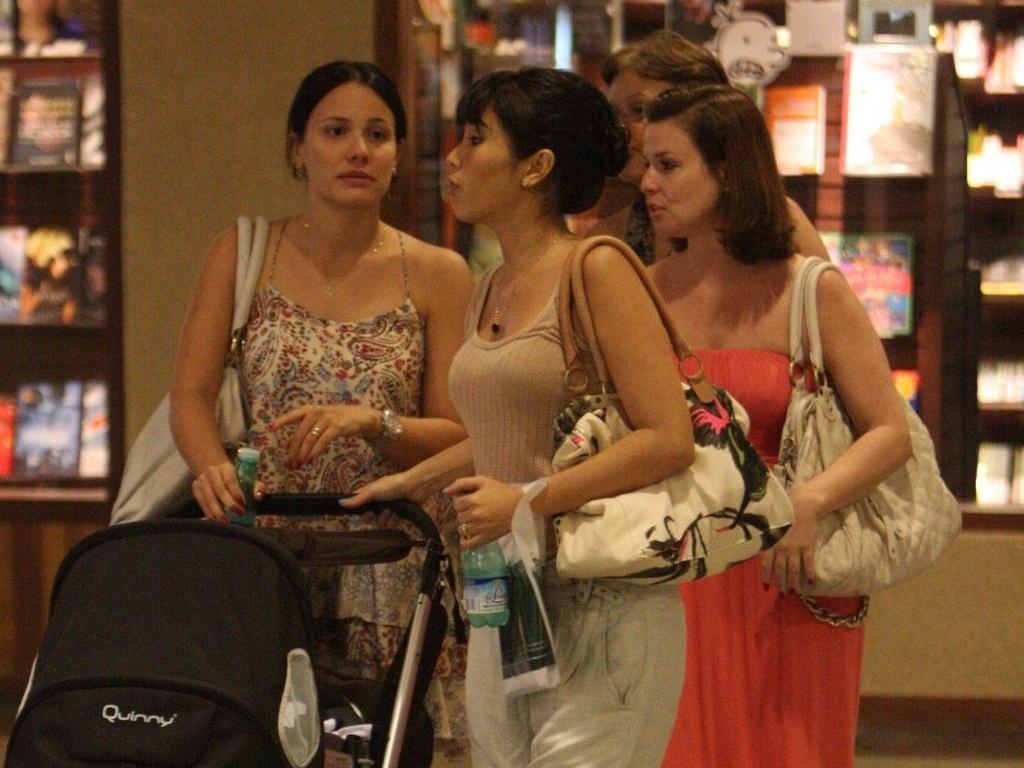 Juliana Knust e Daniele Suzuki passeiam em shopping na Barra, zona oeste carioca (16/12/10)