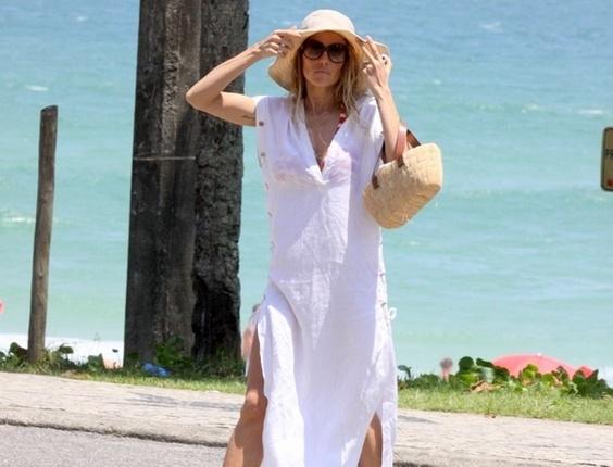 Deborah Secco vai à praia da Barra da Tijuca (20/12/10)