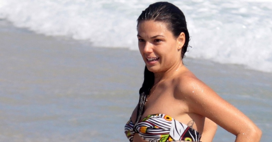 Isis Valverde na praia do Pepe, no Rio de Janeiro (3/11/2010)