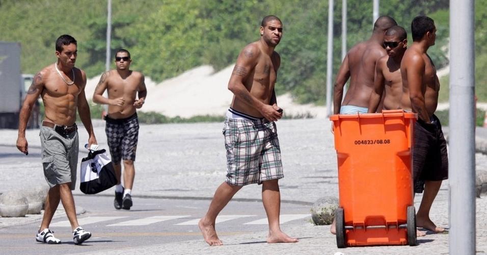 O jogador de futebol Adriano vai à praia no Rio de Janeiro (21/12/10)
