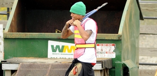 Chris Brown presta serviço comunitário em Richmond, na Virginia, por agredir Rihanna (17/9/9)