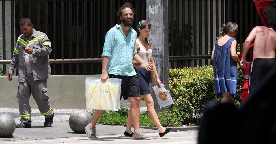 Marcelo Camelo e Mallu Magalhães passeiam com compras pelo Leblon (24/12/2010)