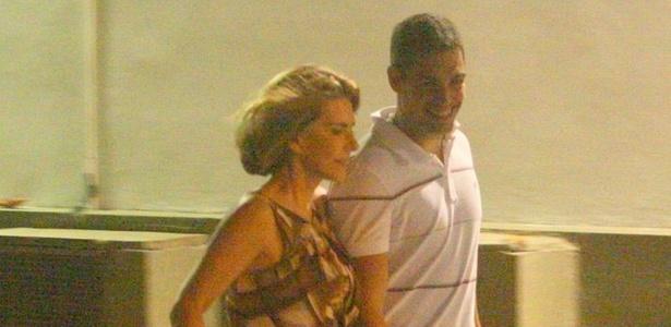 Maitê Proença e Alexandre Colombo deixam shopping na zona sul carioca (29/12/10)
