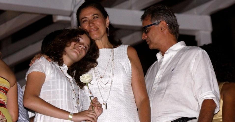 Ao lado do marido, Iwan Figueiredo, e da filha, Giulia, Lilia Cabral assiste à queima de fogos na praia de Copacabana, na festa do hotel Copacabana Palace, no Rio (1/1/2011)
