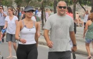 Patrícia Poeta caminha com o marido na orla de Ipanema no Rio neste domingo (8/1/2011)