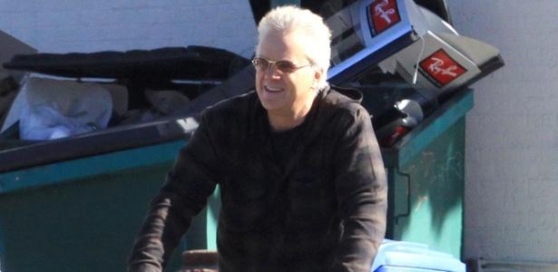 Sem capacete, Tim Robbins anda de bicicleta por Venice, na Califórnia (4/1/2011) - Brainpix