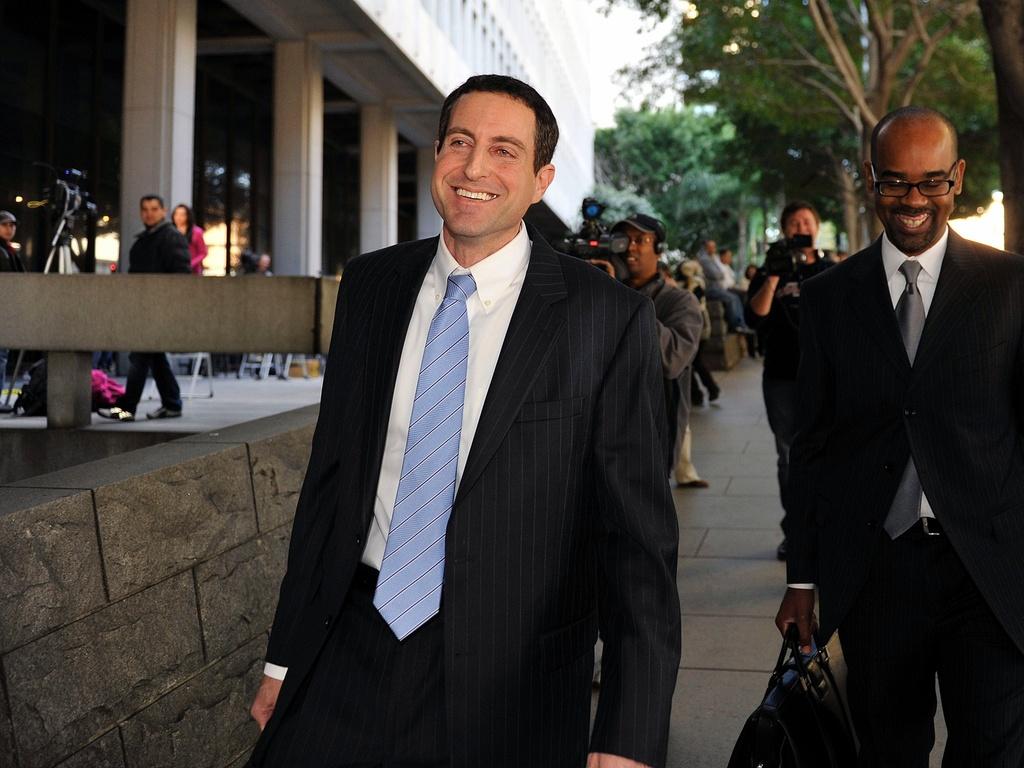 O advogado Howard K. Stern, ex-namorado e empresário de Anna Nicole Smith, deixa tribunal em Los Angeles após ser inocentado das acusações conspiração para induzir a ex-coelhinha da Playboy à dependência química que causou sua morte (6/1/2011)