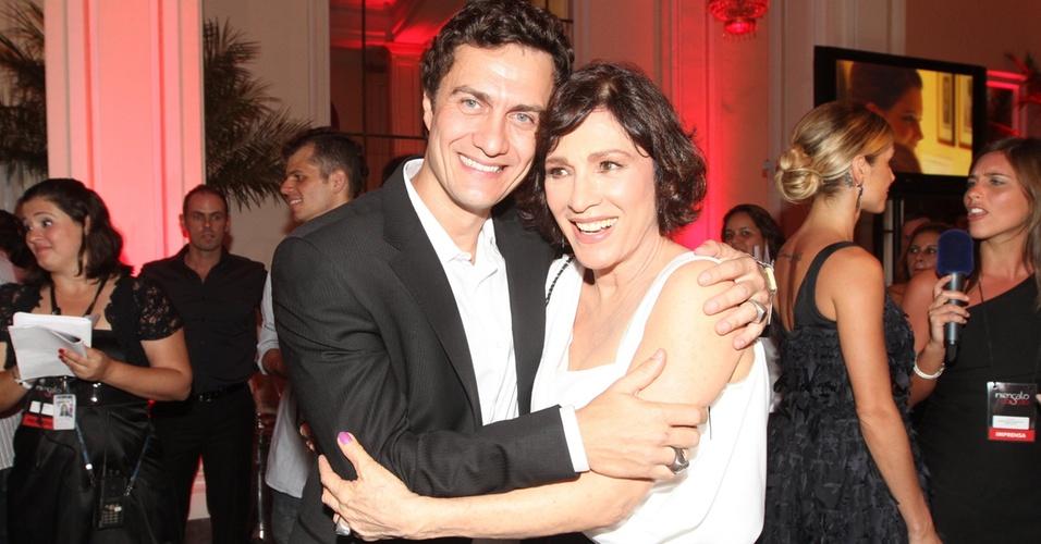 Gabriel Braga Nunes e Natália do Vale posam na festa de