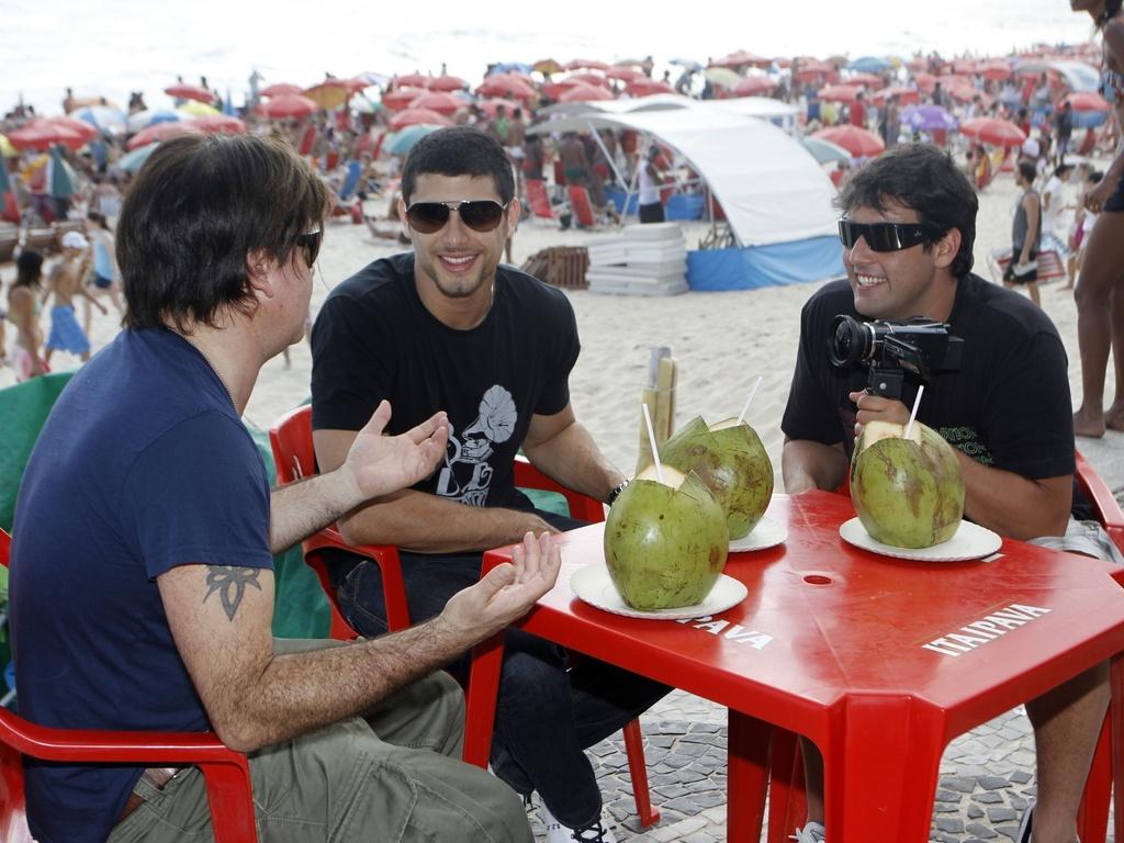 Jesus Luz e o DJ Paul Oakenfold tomam água de coco em praia carioca (8/1/2011)