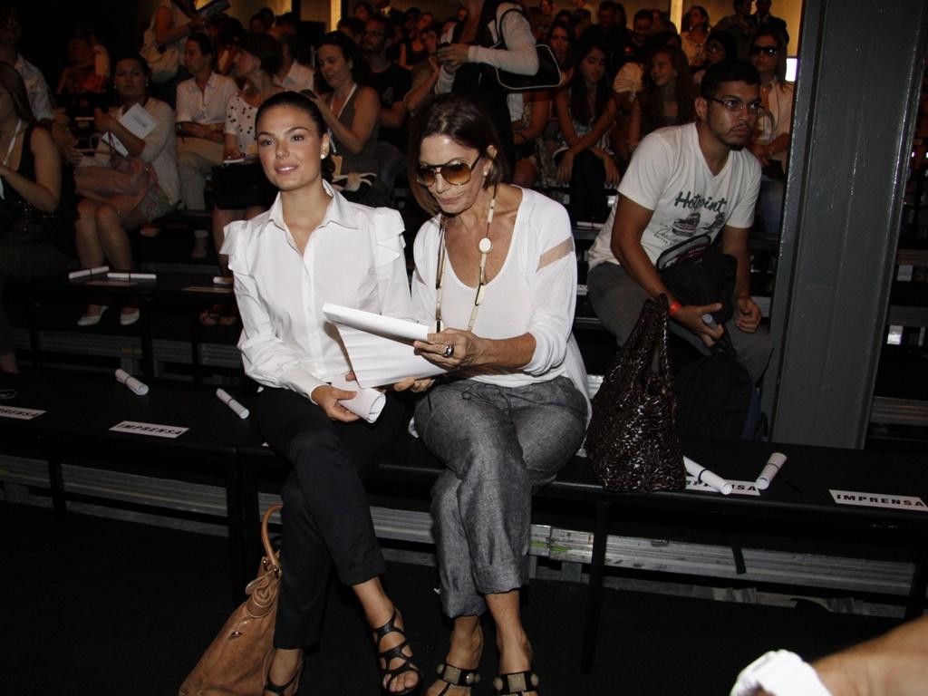 As atrizes Isis Valverde e Mila Moreira assistem na primeira fila a um dos desfiles do Fashion Rio, no Rio de Janeiro (12/1/2011)