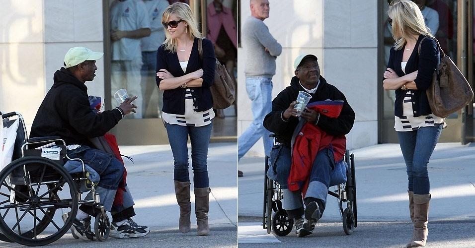 Homem de cadeira de rodas aborda Reese Witherspoon nas ruas de Burbank, na Califórnia. A atriz conversa com o homem, mas sai em lhe dar dinheiro (12/1/2011)