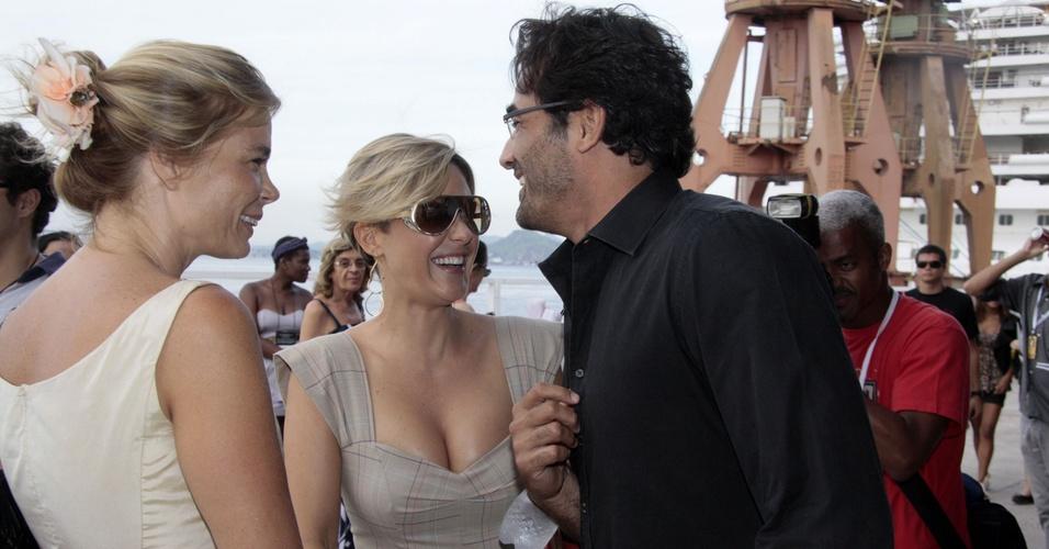 Os atores Alexia Dechamps, Guilhermina Guinle e Luciano Szafir se divertem no Pier Mauá, no segundo dia do Fashion Rio, no Rio de Janeiro (12/1/2011)