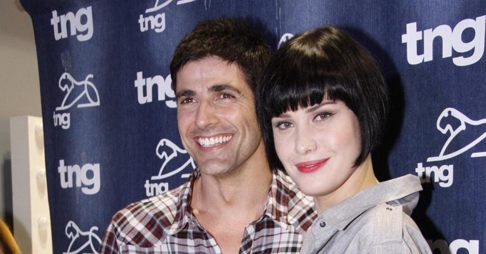 Reynaldo Gianecchini e Mayana Moura no backstage do desfile da TNG (13/1/2011)