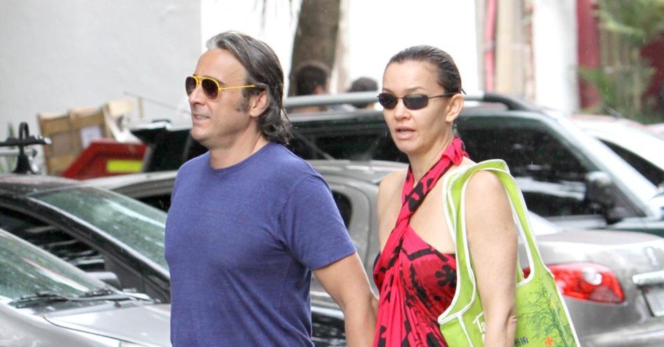 O casal de atores Alexandre Borges e Júlia Lemmertz passeiam pelo bairro de Ipanema, Rio de Janeiro, no sábado (15/1/11)