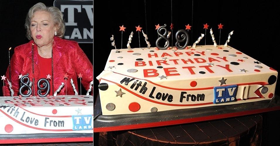 A atriz Betty White apaga as velas de seu bolo de aniversário em uma festa em Nova York (18/1/2011)
