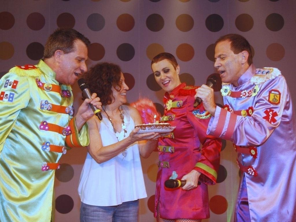 Márcia Cabrita recebe bolo em homenagem ao seu aniversário no final da peça