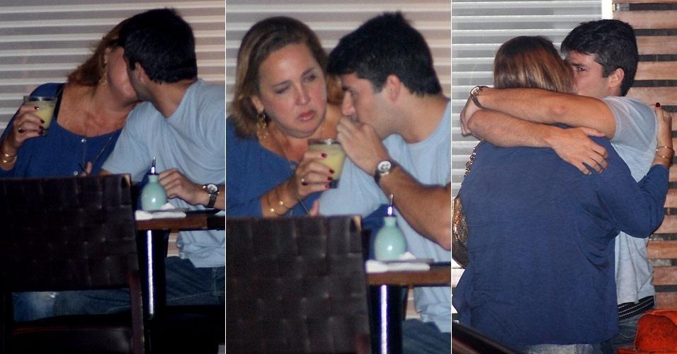 A atriz Claudia Jimenez troca beijos e carinhos com o novo namorado em um restaurante do Rio de Janeiro (20/1/2011).