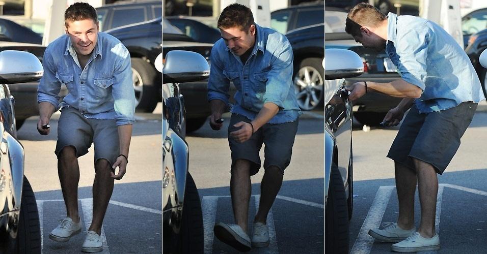O ator Zac Efron tenta se esconder dos fotógrafos, se abaixando atrás do carro, após deixar o irmão mais novo em uma loja em Studio City, na Califórnia (1/2/2011)