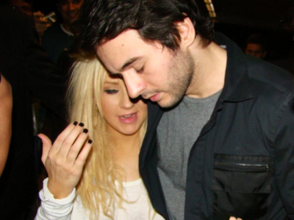 Christina Aguilera e o namorado Matthew Rutler são fotografados embarcando no aeroporto internacional de Guarulhos (4/2/2011)