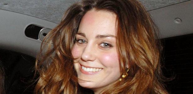 Kate Middleton sorri ao ser fotografada saindo de um clube noturno em Londres (1/2/2007) - Grosby Group