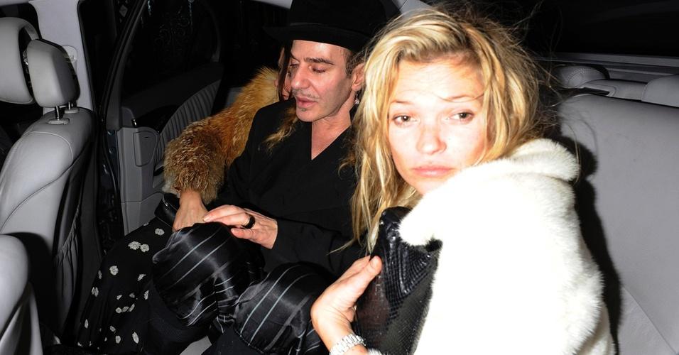 Kate Moss sai aparentemente bêbada de clube noturno em Londres, acompanhada do estilista John Galliano (6/2/2011)