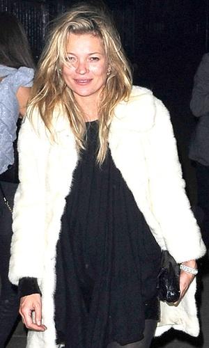 Kate Moss sorri aparentemente bêbada na saída de um clube noturno em Londres (6/2/2011)