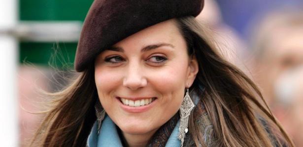 Kate Middleton sorri durante uma corrida de cavalos em Cheltenham, Inglaterra (16/3/2007) -  Brainpix