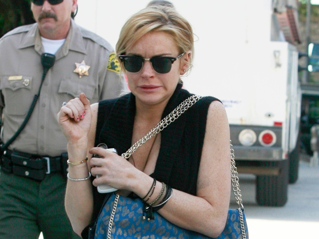 Lindsay Lohan faz uma careta ao chegar ao tribunal de Santa Monica para audiência sobre o colar que sumiu de uma joalheria em Venice, e que a atriz teria roubado (8/2/2011)