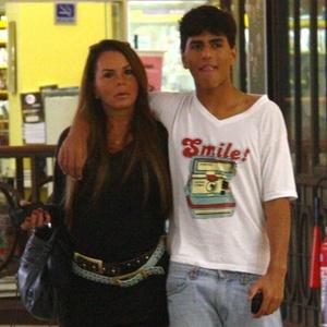 Cristina Mortágua e o filho Alexandre passeiam em shopping do Rio (25/4/10)