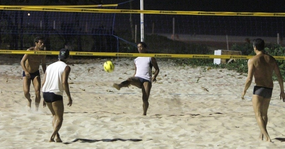 Ronaldinho Gaúcho joga futevôlei com o ator Márcio Garcia na Praia do Pepê, na zona oeste do Rio (9/2/11)