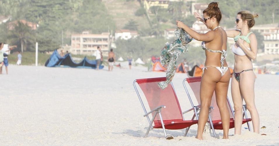 Fernanda souza vai à Praia do Pepê, no Rio, com uma amiga (12/2/2011)