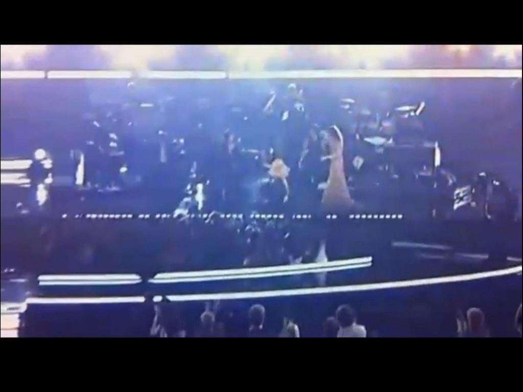 Christina Aguilera escorrega durante apresentação no Grammy 2011, em Los Angeles (13/2/2011)