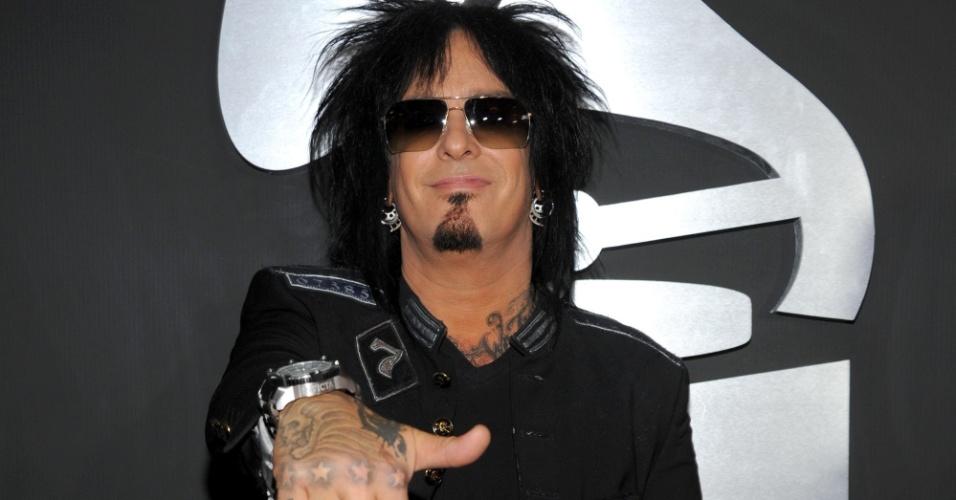 O músico Nikki Sixx, do Mötley Crüe, sorri e mostra o dedo médio com esmalte prateado no tapete vermelho do Grammy 2011, em Los Angeles (13/2/2011)