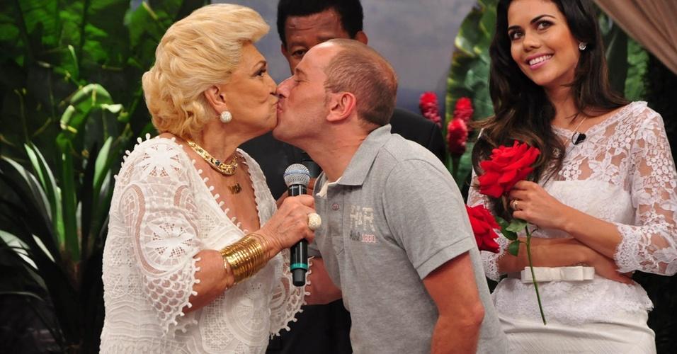 Hebe Camargo dá selinho em Rafael Ilha na RedeTV! (14/1/11)
