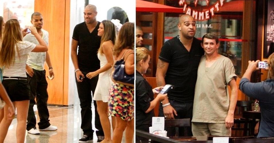 Jogador Adriano é abordado por fãs durante passeio em shopping no Rio na tarde desta terça-feira (22/1/2011)