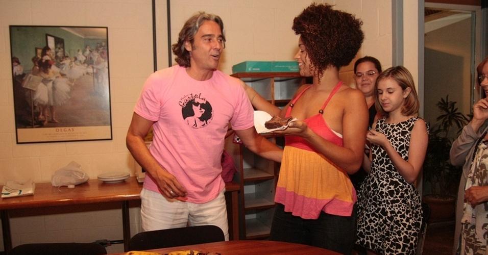 Alexandre Borges ganha bolo no Projac no dia do seu aniversário (23/2/11)