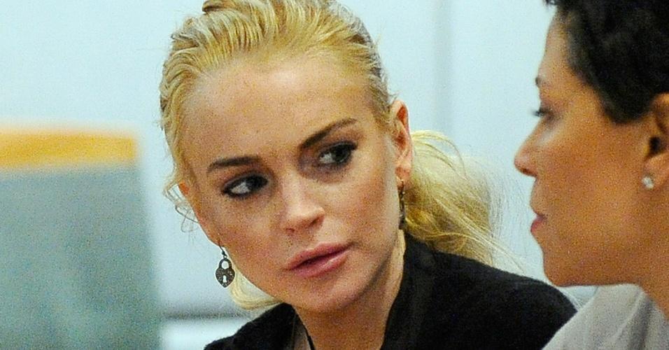 Lindsay Lohan conversa com sua advogada Shawn Holley em tribunal de Los Angeles (23/2/2011). A atriz se declarou inocente do roubo do colar de US$ 2,5 mil