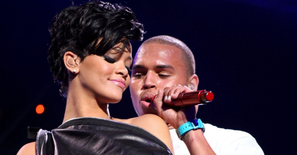 Rihanna e Chris Brown durante apresentação no Z100's Jingle Ball no Madison Square Garden, em Nova York (12/12/2008)